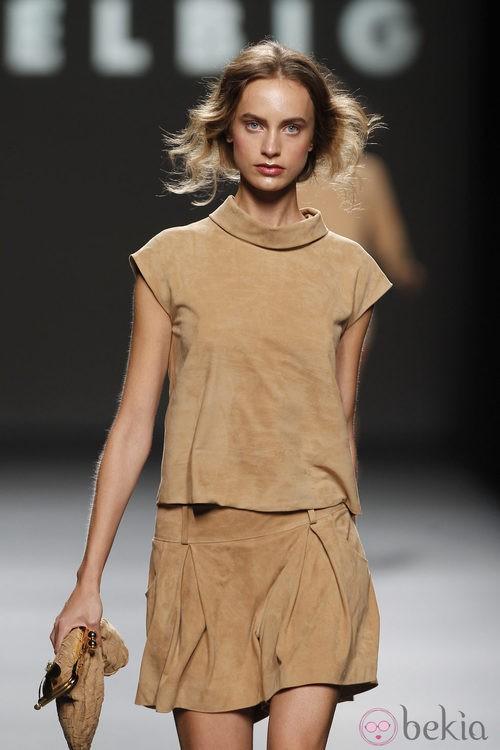Conjunto de ante de Teresa Helbig, colección primavera de 2012