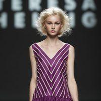 Diseño con rayas y escote pico de Teresa Helbig, colección primavera de 2012