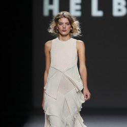 Vestido blanco con volantes de Teresa Helbig, colección primavera de 2012