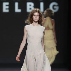 Vestido blanco con falda plisada de Teresa Helbig, colección primavera de 2012