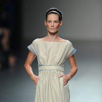Vestido beig de Victorio & Lucchino en Cibeles, colección primavera/verano 2012