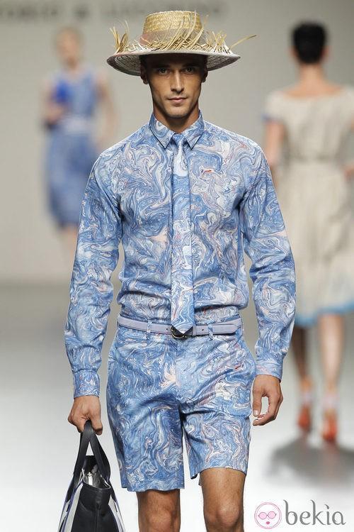 Conjunto estampado azul de hombre de Victorio y Lucchino en Cibeles