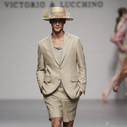 Traje de pantalón corto beig de Victorio & Lucchino en Cibeles