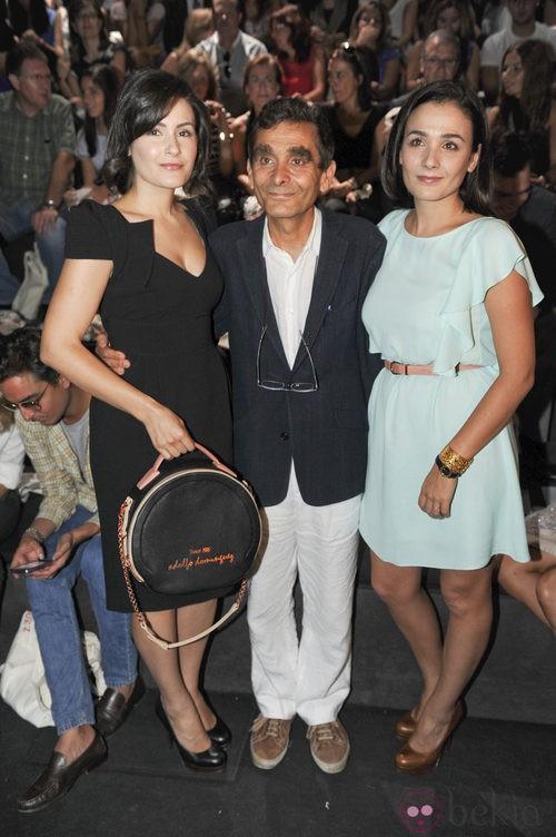 Adolfo Domínguez y sus hijas en Cibeles