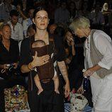 Bimba Bosé y su hija en el desfile de Davidelfín, colección primavera de 2012