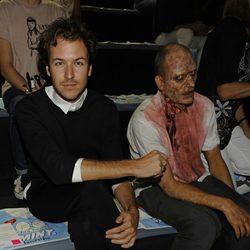 Jorge Suquet y un zombie en el desfile de Davidelfin, colección primavera 2012