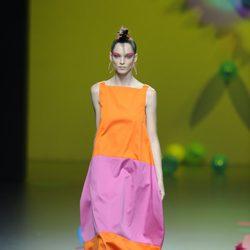 Vestido bicolor naranja y fucsia de Ágatha Ruiz de la Prada en Cibeles