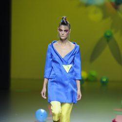 Conjunto azul y amarillo de Ágatha Ruiz de la Prada en Cibeles