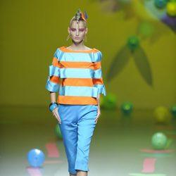 Conjunto azul y naranja de Ágatha Ruiz de la Prada en Cibeles