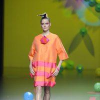 Vestido naranja y fucsia de Ágatha Ruiz de la Prada en Cibeles