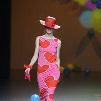 Vestido fucsia de corazones de Ágatha Ruiz de la Prada en Cibeles