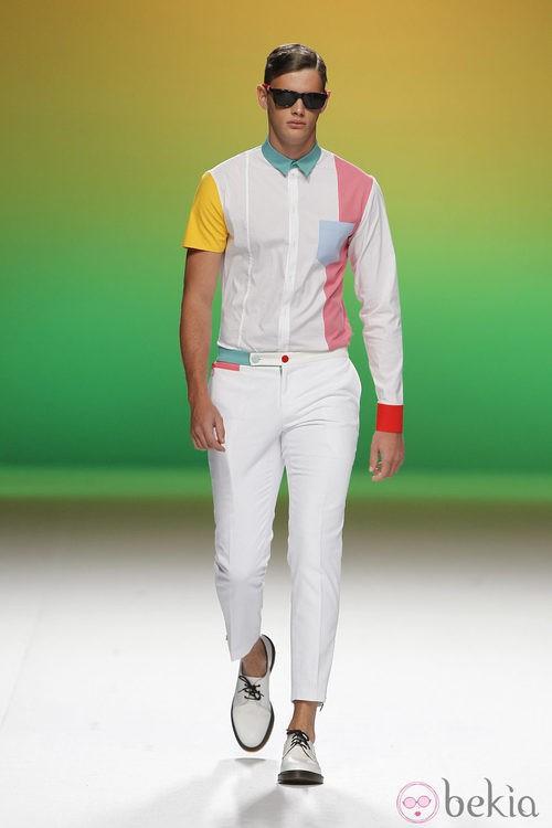 Camisa con una manga corta y otra larga de Davidelfín, colección primavera 2012