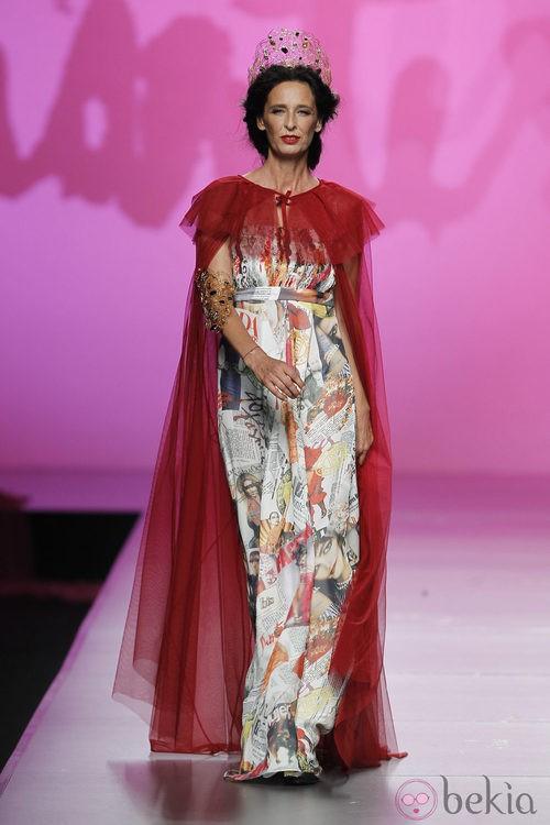 Vestido estampado con capa roja de Montesinos, colección primavera 2012