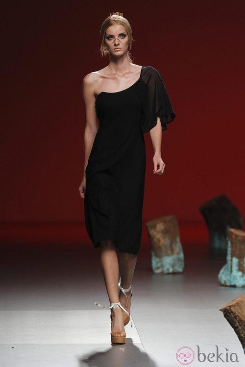 Vestido negro con manga al hombro de Devota y Lomba, colección primavera 2012