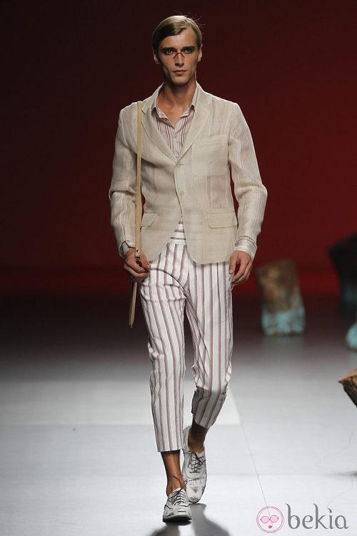 Chaqueta semi transparente y pantalones a rallas de Devota y Lomba, colección primavera 2012