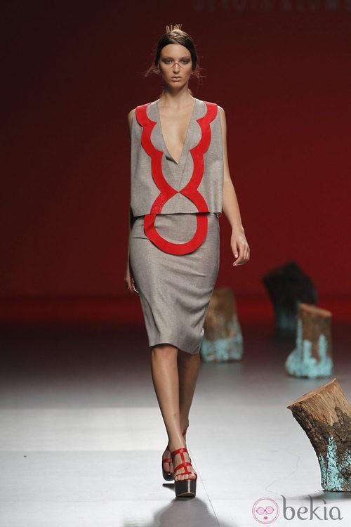 Vestido gris con detalles en rojo de Devota y Lomba, colección primavera 2012