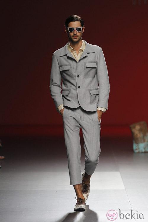 Traje gris claro y camisa beis de Devota y Lomba, colección primavera 2012