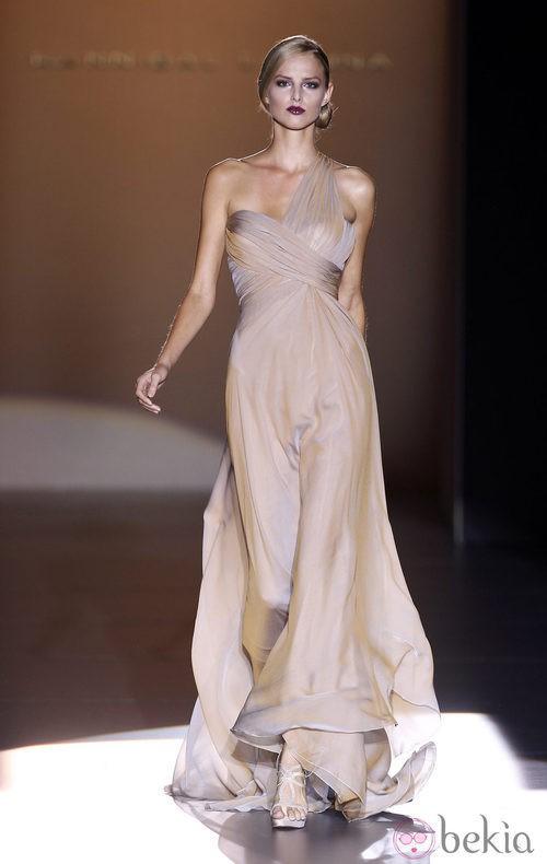 Vestido de escote asimétrico de Hannibal Laguna en Cibeles, colección primavera de 2012