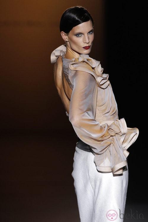 Camisa con escote de espalda de Hannibal Laguna en Cibeles, colección primavera de 2012