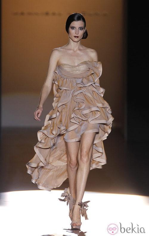 Vestido corto con volantes de Hannibal Laguna en Cibeles, colección primavera de 2012