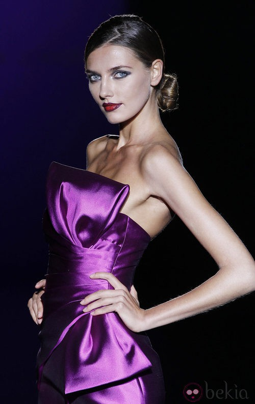 Vestido de noche con lazo de raso de Hannibal Laguna en Cibeles, colección primavera de 2012