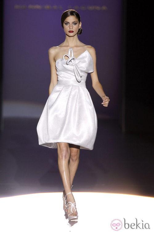 Vestido blanco con escote corazón de Hannibal Laguna en Cibeles, colección primavera de 2012