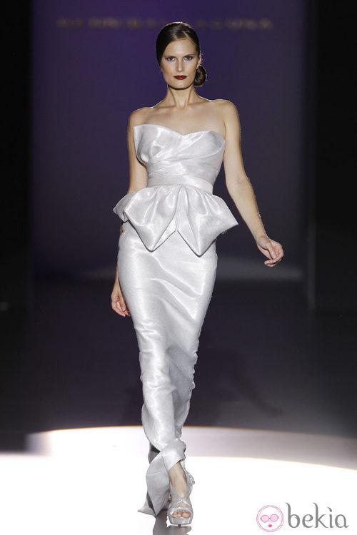 Vestido blanco con escote palabra de honor de Hannibal Laguna en Cibeles, colección primavera de 2012