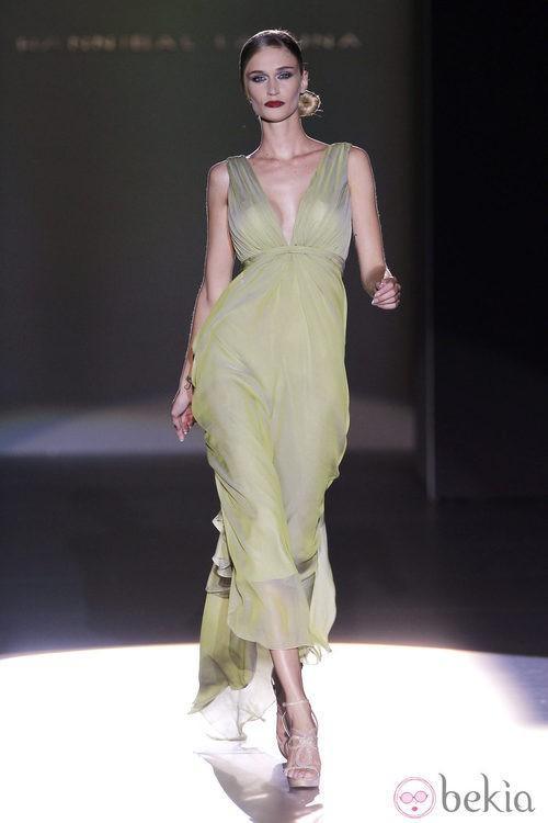 Vestido verde con escote pico de Hannibal Laguna en Cibeles, colección primavera de 2012