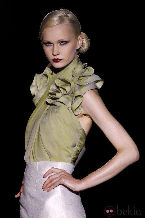 Escote halter con hombros fruncidos de Hannibal Laguna en Cibeles, colección primavera de 2012
