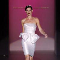 Vestido blanco de Hannibal Laguna en Cibeles, colección primavera de 2012