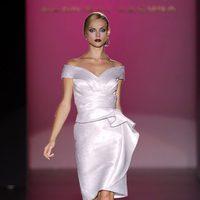 Vestido blanco con escote barco de Hannibal Laguna en Cibeles, colección primavera de 2012