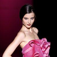 Vestido rosa con volantes de Hannibal Laguna en Cibeles, colección primavera de 2012