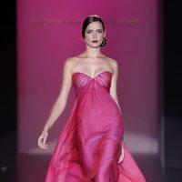 Vestido rosa con escote corazón de Hannibal Laguna en Cibeles, colección primavera de 2012