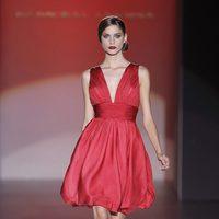 Vestido rojo con falda abullonada de Hannibal Laguna en Cibeles, colección primavera de 2012
