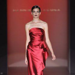 Vestido de raso rojo de Hannibal Laguna en Cibeles, colección primavera de 2012