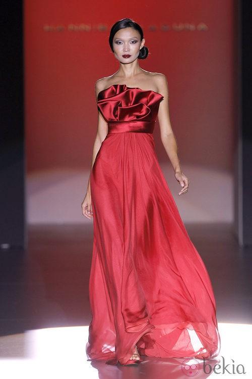 Vestido rojo con escote de raso de Hannibal Laguna en Cibeles, colección primavera de 2012