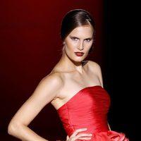 Diseño rojo con volantes en la cintura de Hannibal Laguna en Cibeles, colección primavera de 2012