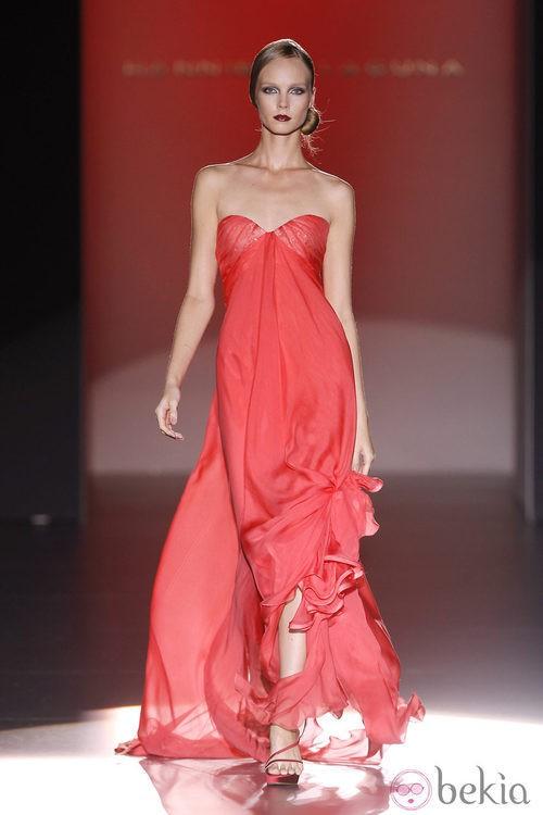 Vestido con escote corazón semitransparente de Hannibal Laguna en Cibeles, colección primavera de 2012