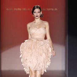 Vestido rosa palo con falda frondosa de Hannibal Laguna en Cibeles, colección primavera de 2012
