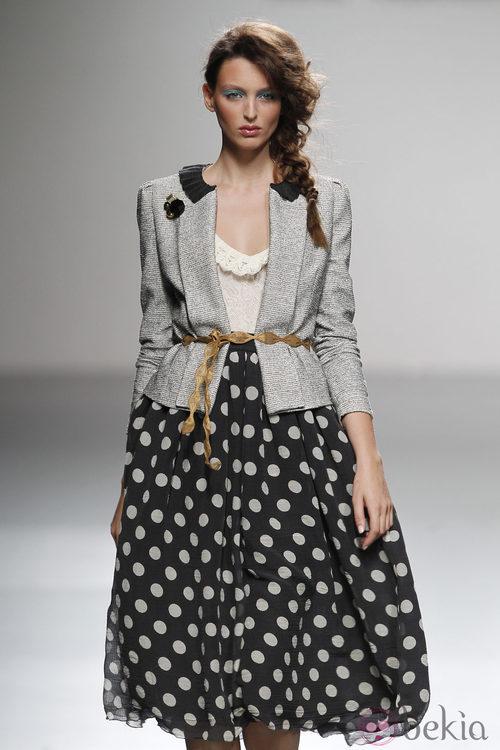 Chaqueta y falda de lunares de Kina Fernández en Cibeles, colección primavera de 2012