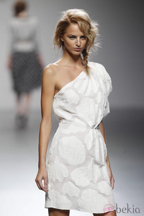 Vestido blanco de escote asimétrico de Kina Fernández en Cibeles, colección primavera de 2012