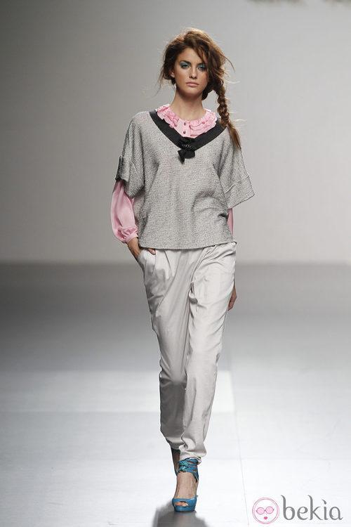 Pantalón blanco de Kina Fernández en Cibeles, colección primavera de 2012