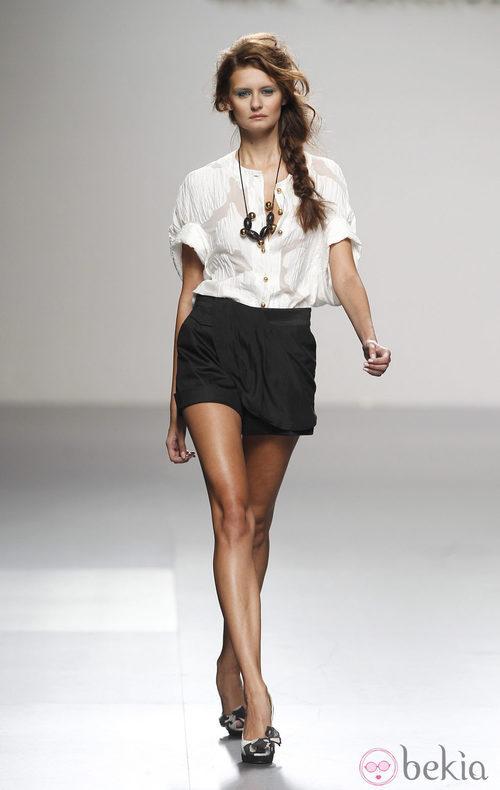Short negro de Kina Fernández en Cibeles, colección primavera de 2012
