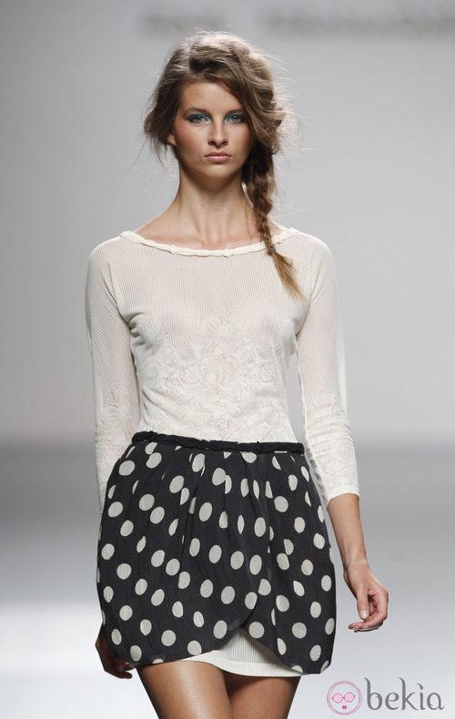 Vestido con sobrefalda de lunares de Kina Fernández en Cibeles, colección primavera de 2012