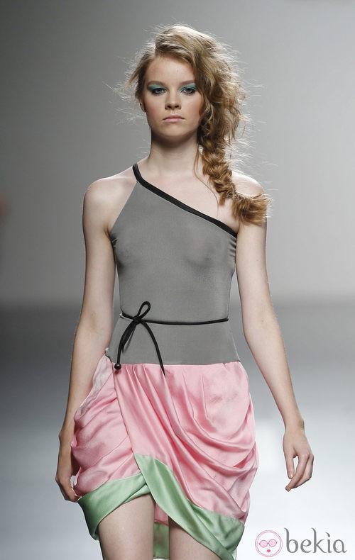 Vestido con falda cruzada de Kina Fernández en Cibeles, colección primavera de 2012