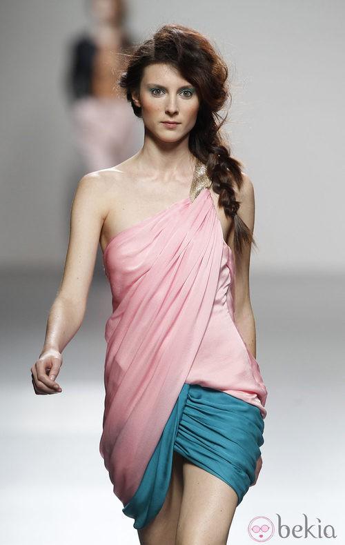 Vestido de estilo toga de Kina Fernández en Cibeles, colección primavera de 2012