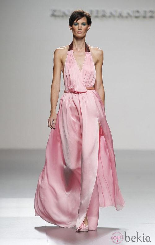 Vestido rosa con escote halter de Kina Fernández en Cibeles, colección primavera de 2012