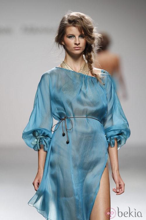 Caftán azul de Kina Fernández en Cibeles, colección primavera de 2012
