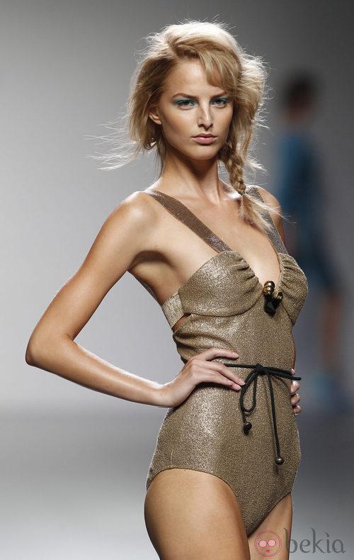 Bañador dorado de Kina Fernández en Cibeles, colección primavera de 2012