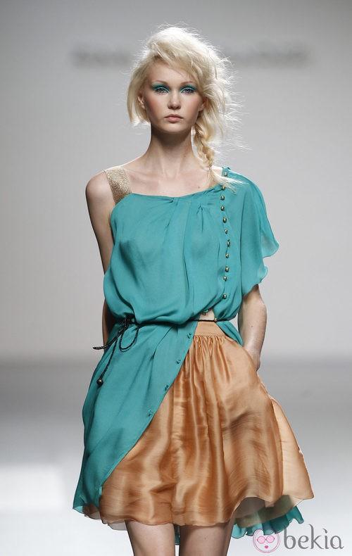 Falda corta de tono bronce de Kina Fernández en Cibeles, colección primavera de 2012